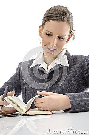 Frohe Frau am weißen Schreibtisch