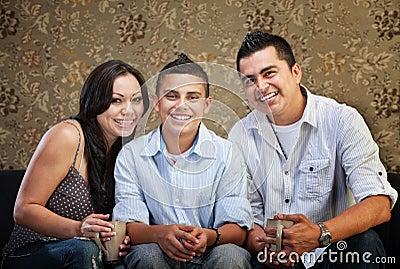 Frohe hispanische Familie