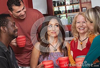 Frohe verschiedene Erwachsene mit Kaffee