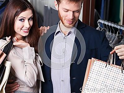 Frohes Paar ist im Geschäft