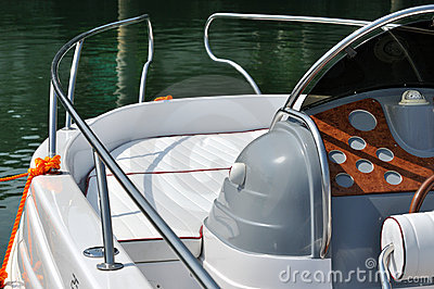 Front and control of small yacht