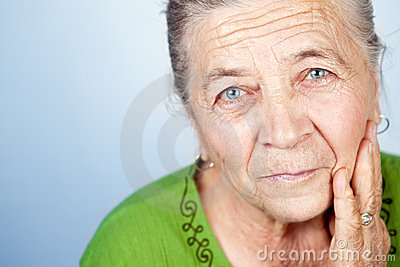 Fronte di bella donna maggiore anziana soddisfatta