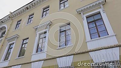 Frontowa strona stary budynek, Radziecka architektura powierzchowność Radziecki budynek zbiory wideo