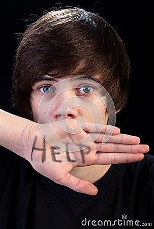 Förskräckt tonåring för pojkehjälpbehov