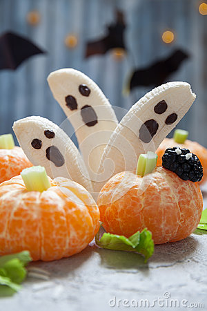 Free Fruit Halloween Treats. Banana Ghosts And Clementine Orange Pumpkins Royalty Free Stock Photos - 98321658