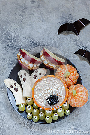 Free Fruit Halloween Treats. Banana Ghosts And Clementine Orange Pumpkins, Apple Monster Mounts And Spider Web Royalty Free Stock Photos - 97917078