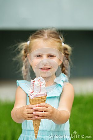 Free Fruit Ice Cream In The Child`s Hands. The Concept Of Childhood, Lifestyle, Food, Summer. Stock Photos - 119719073