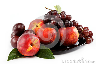 Fruits nectarine and a bunch of grapes .