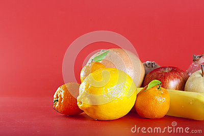 Fruits sur le rouge
