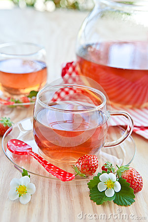 Free Fruity Tea With Strawberries Royalty Free Stock Photos - 33406758