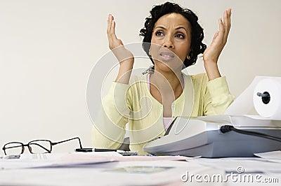 Frustrierte Frau mit dem Ausgaben-Empfang