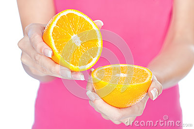 Fruta en la mano de la mujer