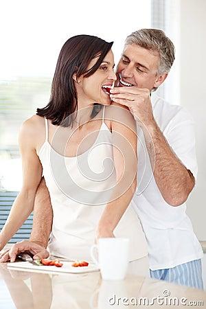 Frutta d alimentazione dell uomo maturo romantico alla sua moglie