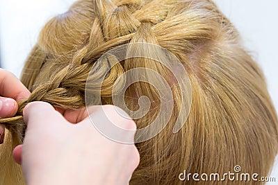 Fryzjer robi warkoczom