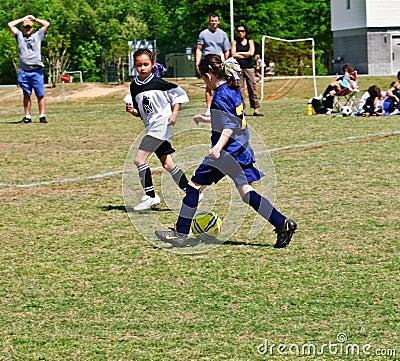 Fútbol de las chicas jóvenes Foto editorial