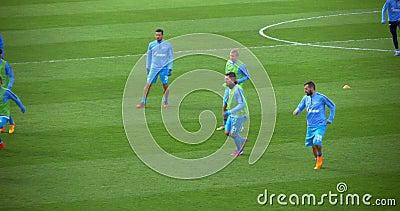 Fußball-Spieler, die den Ball auf Vor-Spiel treten