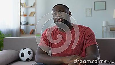 Fußballfan in Konkurrenz enttäuscht durch Fußballteamniederlage, schlechtes Ergebnis stock footage