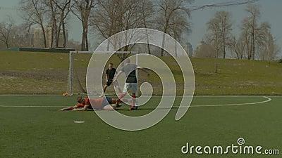 Fußballverteidigungsspieler, der gleitenden Gerät macht stock video