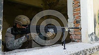 Fucile da caccia marino del montaggio del soldato sulla finestra per difendere la costruzione rovinata archivi video