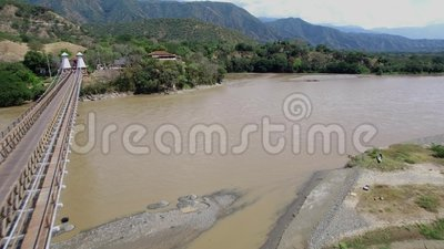 Fuco che sorvola il Puente de Occidente in Colombia, vicino a Medellin stock footage