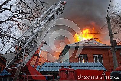 Fuego en el área residente, Astrakhan, Rusia