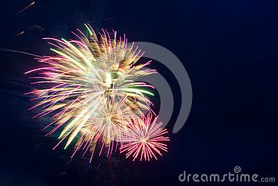 Fuegos artificiales del Año Nuevo en el cielo