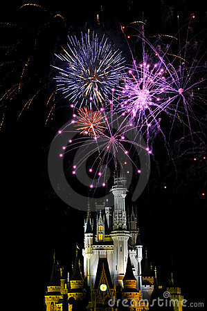 Fuegos artificiales en el reino mágico Foto de archivo editorial