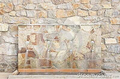 Fuente de agua en la pared de la piedra fotos de archivo - Fuentes de pared de piedra ...