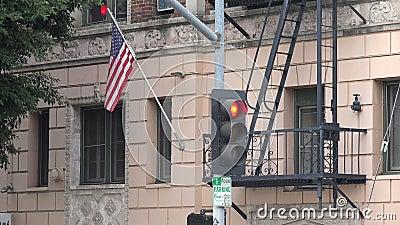 Fuga antincendio in un vecchio edificio di appartamenti urbani archivi video