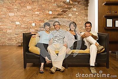 Fullvuxen upp familj på soffan
