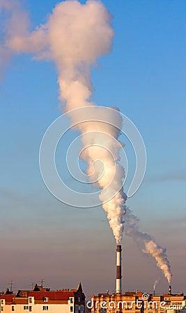 Fumée en ciel bleu