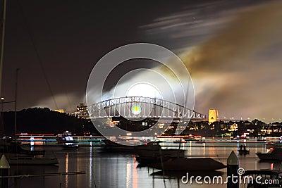 Fumée au-dessus de passerelle de port de Sydney la nuit