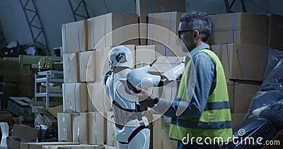 Funcionamento de observação do robô do homem em um armazém video estoque
