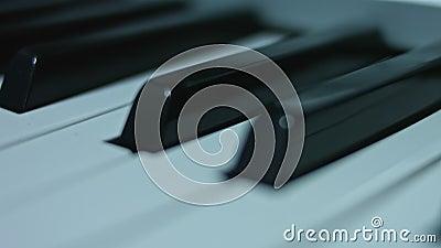 Fundo do teclado de piano com foco seletivo A cor morna tonificou a imagem vídeos de arquivo