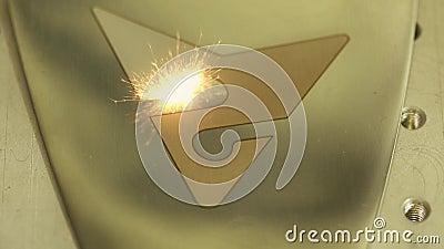 Funken von Laser-Graveur auf Metallschild stock video footage