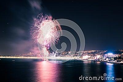 Fuochi d artificio su acqua