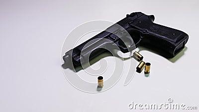 Fuoco alle intelaiature della pallottola e della pistola video d archivio