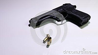 Fuoco alle intelaiature della pallottola e della pistola stock footage