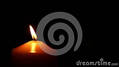 Fuoco della candela della mano stock footage