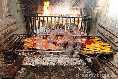 Fuoco nel camino per cucinare carne e le verdure for Fuoco finto per camino