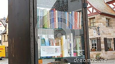 Furth Niemcy, Grudzień, - 3, 2018: Światowy sławny bookcrossing ruch w Niemcy Dodatek specjalny półki z książkami pisać zbiory wideo