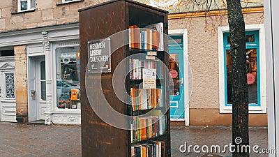 Furth Niemcy, Grudzień, - 3, 2018: Światowy sławny bookcrossing ruch w Niemcy Dodatek specjalny półki z książkami pisać zdjęcie wideo