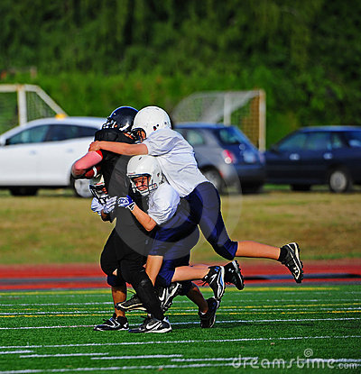 Futbolowy amerykański puszek bierze młodości Zdjęcie Editorial