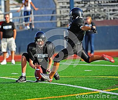 Futebol americano da juventude o pontapé Imagem Editorial