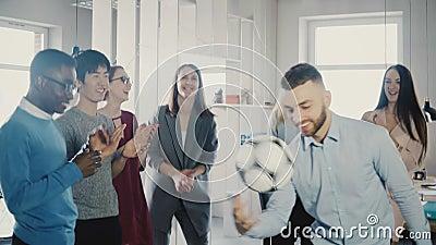 Futebol de mnanipulação do trabalhador caucasiano feliz na cabeça Os executivos alegres da raça misturada comemoram o sucesso com video estoque