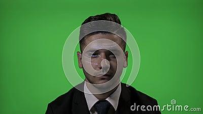 Futurystyczny korporacyjny programista w kostiumu używać zwiększającą rzeczywistość rozwijać swój programowanie kod na zielonym p zbiory