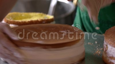 Gâteau crémeux en couche sur table banque de vidéos
