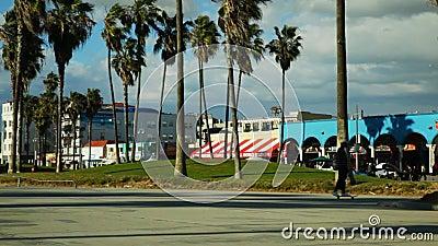 Går fritids- område för den Venedig stranden som ser in mot bräde stock video