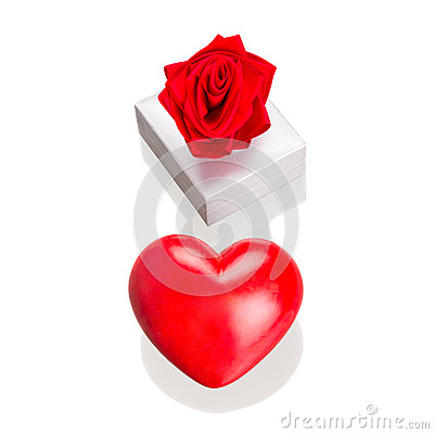 Gåvan boxas med röd hjärta, som förälskelsesymbolet isolerade