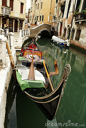 Góndola en el canal en Venezia Imagen de archivo editorial